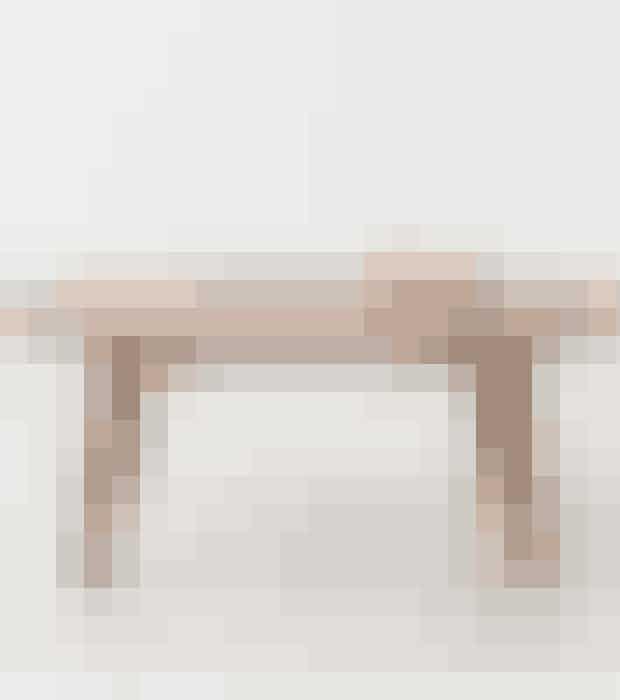 Bordpladen af valnøddetræsfiner og ben af massiv valnød gi'r en varm og naturlig stemning i dit rum.Find det her!