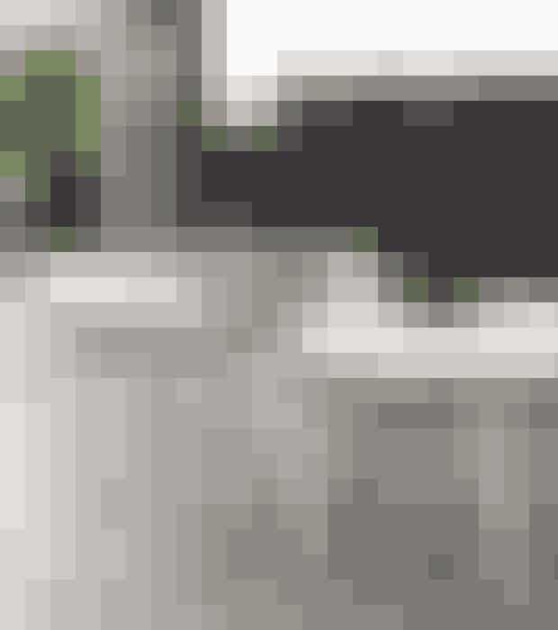 Sofabord i massiv hvidolieret eg, med sort metal kryds på understellet. Diameter 60 cm.Find det her!