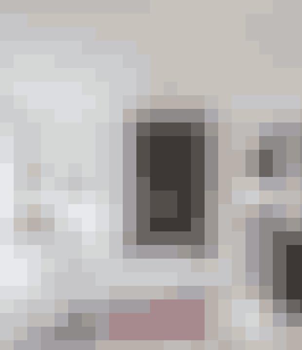 Vil du fremhæve pejsen, så mal væggen omkring den sort. Pejseindsatsen er fra Rais, sofaen Ghost 16 fra Gervasoni designet af Paola Navone er købt i Casa Shop. Gulvlampen 'Giant 1227' er fra Angelpoise, det hvide sidebord Mini Wire af Eames, og de marokkanske tæpper er fra Kirsten Fribert.