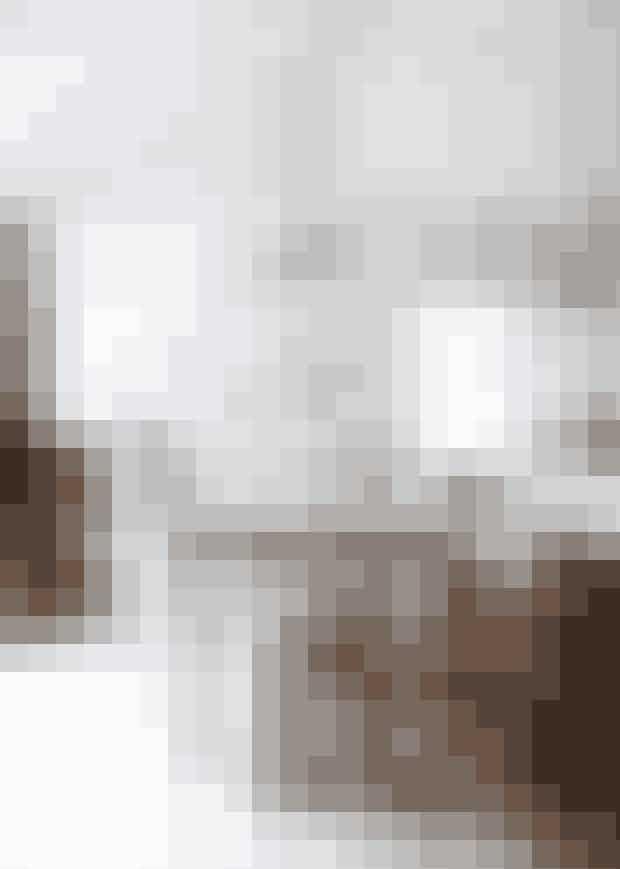 Hvem?Mette Wotkjær, 38, stylistog fotograf og medejeraf brillefirmaet Have ALook, hendes mand fotografJakob Helbig, 42,og børnene, Emilie, 10,og Julius, fem, og Mettesforældre.Hvad? Traditionelt træsommerhusfra 1960 på55 m² og anneks.Hvor?I Nordsjælland fem minuttersgang og 180 trappetrinfra havet.