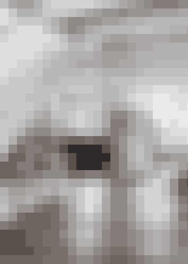 HvemCharlotte Astrup, jurist,og Arne Astrup, professorog overlæge, og børneneValdemar, Anna Emilie ogCarl Johan.HvadNyopført sort træsommerhuspå 186 m² medtilhørende stort gæstehusi Tisvilde, Nordsjælland.StilKlassisk dansk sommerhusmed et mix afmoderne interiør ogrustikke elementer.