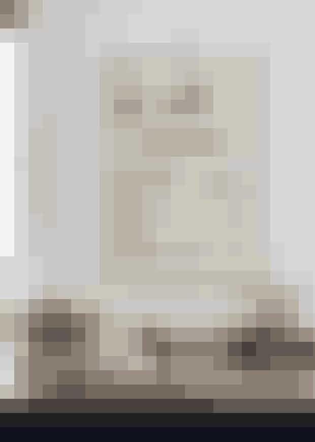 De mange stråhatte er et godt eksempelpå, at en rejsesouvenir kanbliver et gennemgående element iindretningen. Det sortbejdsede køkkenfra Kitchen Tailer ligger i den enelænge af stueetagen, hvor man kommerind. Her bliver der lavet masseraf god mad sommeren igennem,blandt andet fra Charlottes mand,Arne Astrups kogebog Ny Nordiskhverdagsmad, som han har lavetsammen med Claus Meyer.