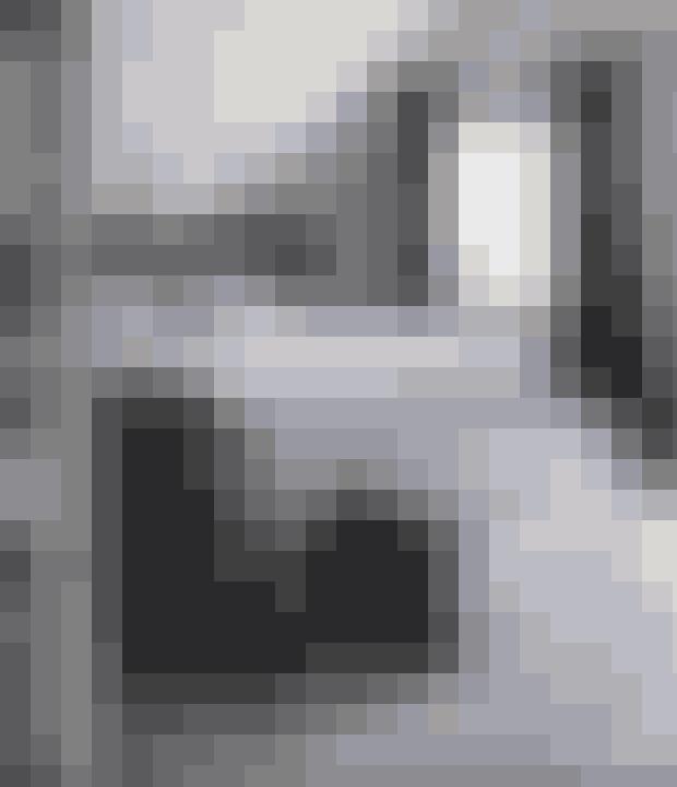 Gå all in på den tunge hotelstil med blødt væg til væg-tæppe, tunge gardiner, sengegavl og en bænk ved fodenden. Hvis du holder det hele i samme farve – som her en mørk grå – understreger du den dekadente stil.