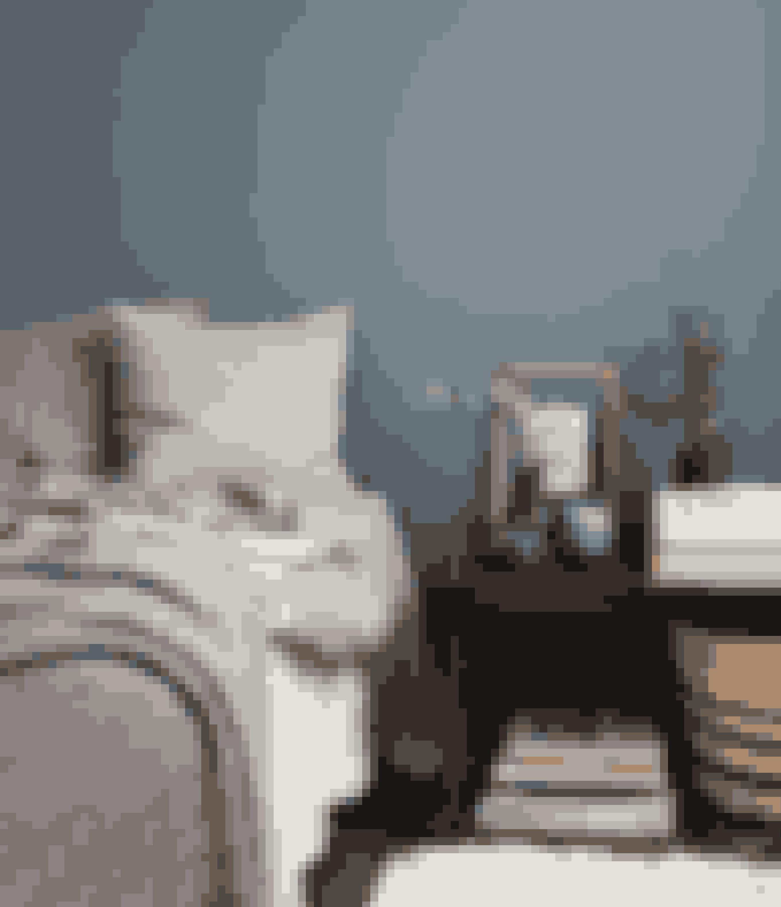 Har du tænkt dig at læse, se serier eller være vågen med andre hyggelige sysler i sengen, så gør dit soveværelse personligt og til en del af hjemmet. Brug fx krukker og æsker på dit sengebord, og lad bøgerne være en del af indretningen sammen med planter og minder. Du kan altid gemme nipset væk, hvis du får brug for et mere stramt udtryk.