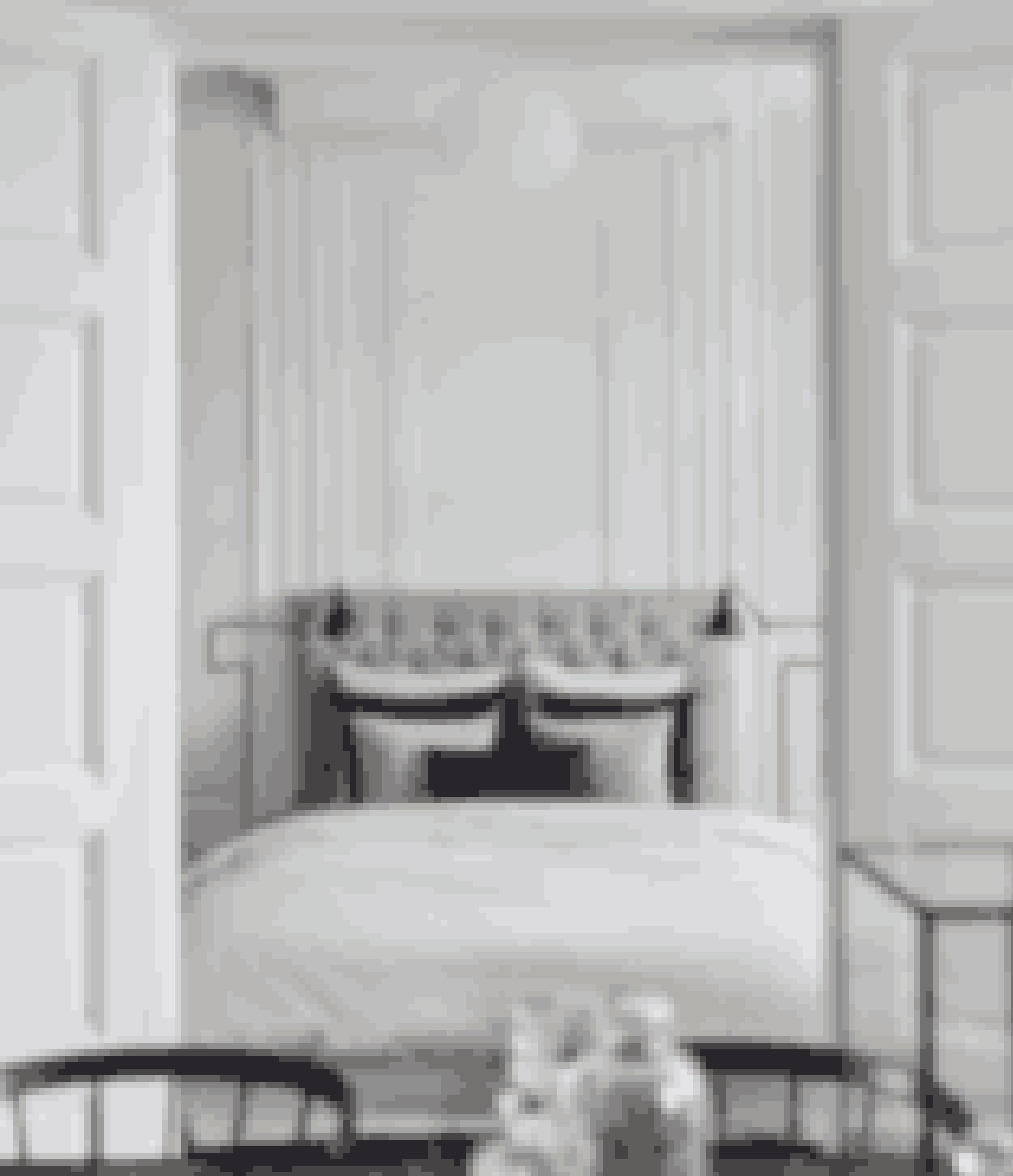 Har du en lejlighed med smukke døre, stuk og andre herskabelige detaljer og samtidigt et elegant indrettet soveværelse, så inddrag det i hjemmet i stedet for at gemme det væk bag lukkede døre. Hvis du reder sengen med lækre puder og tæpper, der harmonerer med stuen, tager du lidt af den intime fornemmelse ud.