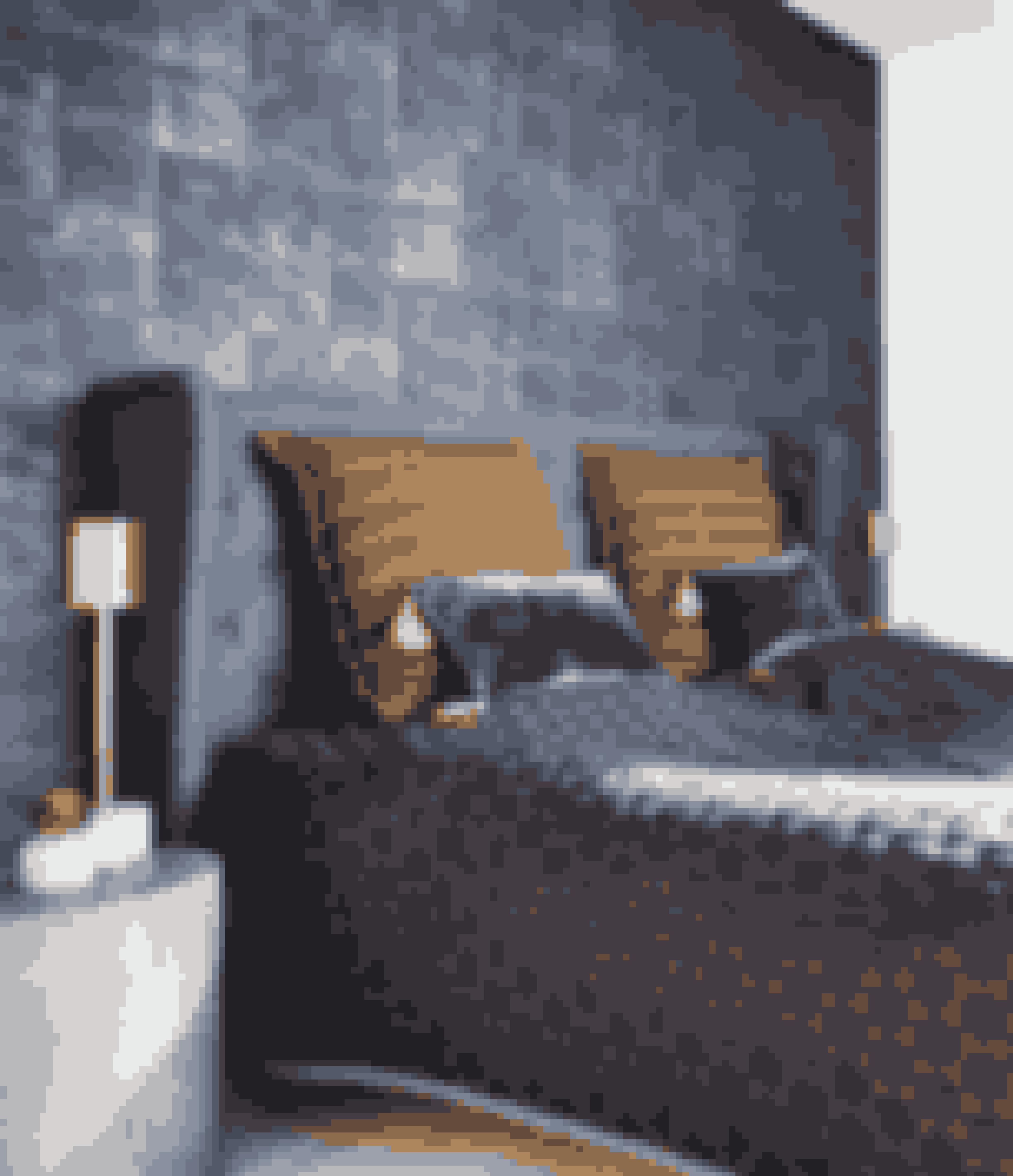 Hotelstilen er karakteriseret ved bløde stoffer såsom velour, der her går igen helt op på væggen. En sengegavl og dunkle farver er også et must, hvis du vil have stilen i dit soveværelse. Du kan se hele hjemmet her.