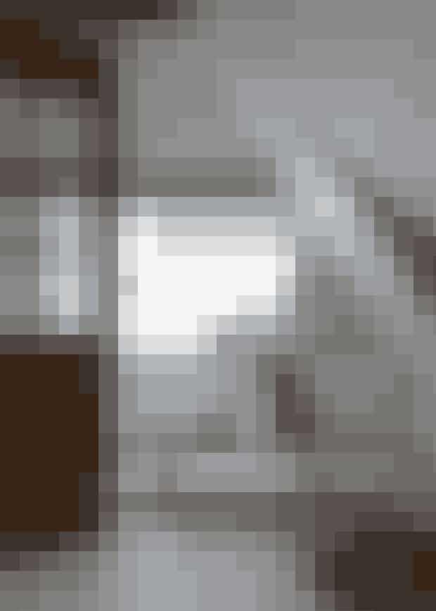 Leder du efter unika-elementertil dit hjem, så overvej at aflæggeGenbyg et besøg. Der fandtNiels Hasager denne dør i brunenuancer, der spiller fint sammenmed de originale hanebjælker.Bænken har Niels Hasagerselv bygget af egeplanker fra etsavværk. Læder-puffen er fraBarcelona.