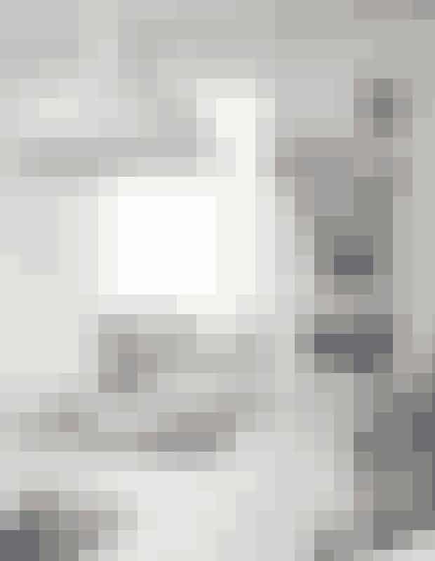 Pendlerne er vintagelamper fra Louis Poulsen. Find dem på Den Blå Avis eller nye lamper i lignende design her!Dækkeservietterne er købt med hjem fra Baliog er i virkeligheden dørmåtter, men bliver herbrugt både som hynder på barstolene og somdækkeservietter. Tallerknerne er et norsk stelkøbt på et loppemarked i Nordjylland.