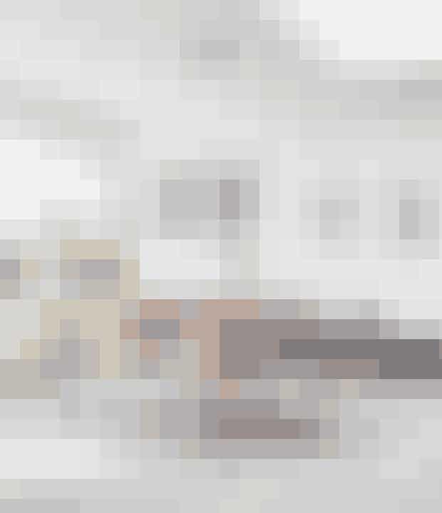 Vælg en stor lampe over spisebordet for at skabe en intim stemning. Det kan fx være en klassisk lysekrone eller en moderne version som denne fra Jo Hammerborg. Find plakaterne her!