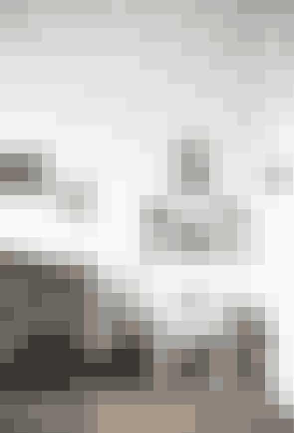 Børneværelset errent loppemarkeds- oggenbrugsfund,særligt fra familiensture til Sverige, hvorde har fundet møbelklassikereog billedertil ingen penge. Dengrønne veloursofaer sådan et uniktSverige-fund sammenmed de farvededyrebilleder, stole ogpuder.
