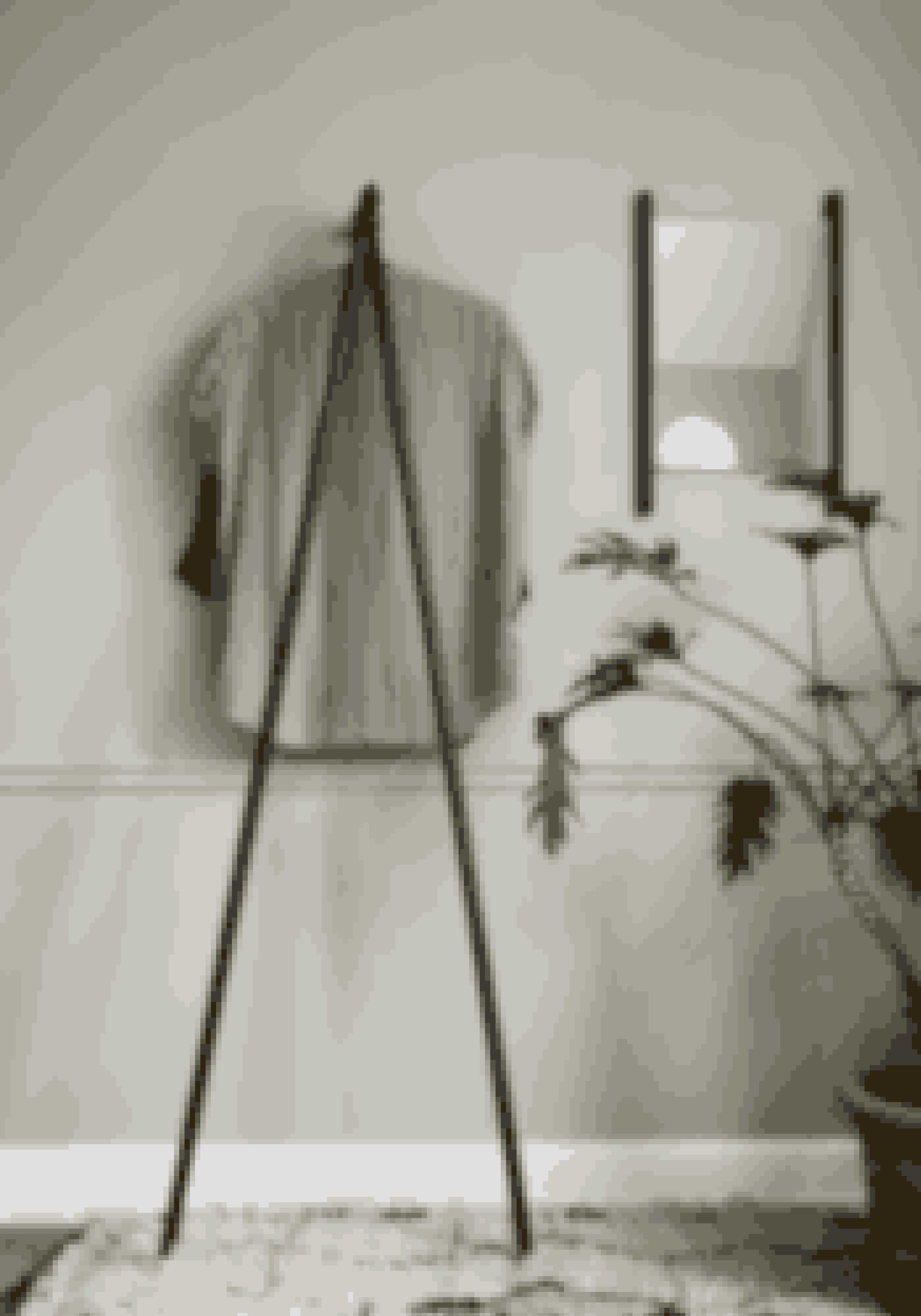 Georg, tøjstativ i sortmalet egetræ designet af Chris Liljenberg Halstrøm. H 170 x B 54 x D 39 cm, 1.595 kr. (Skagerak).Kan købes online HER