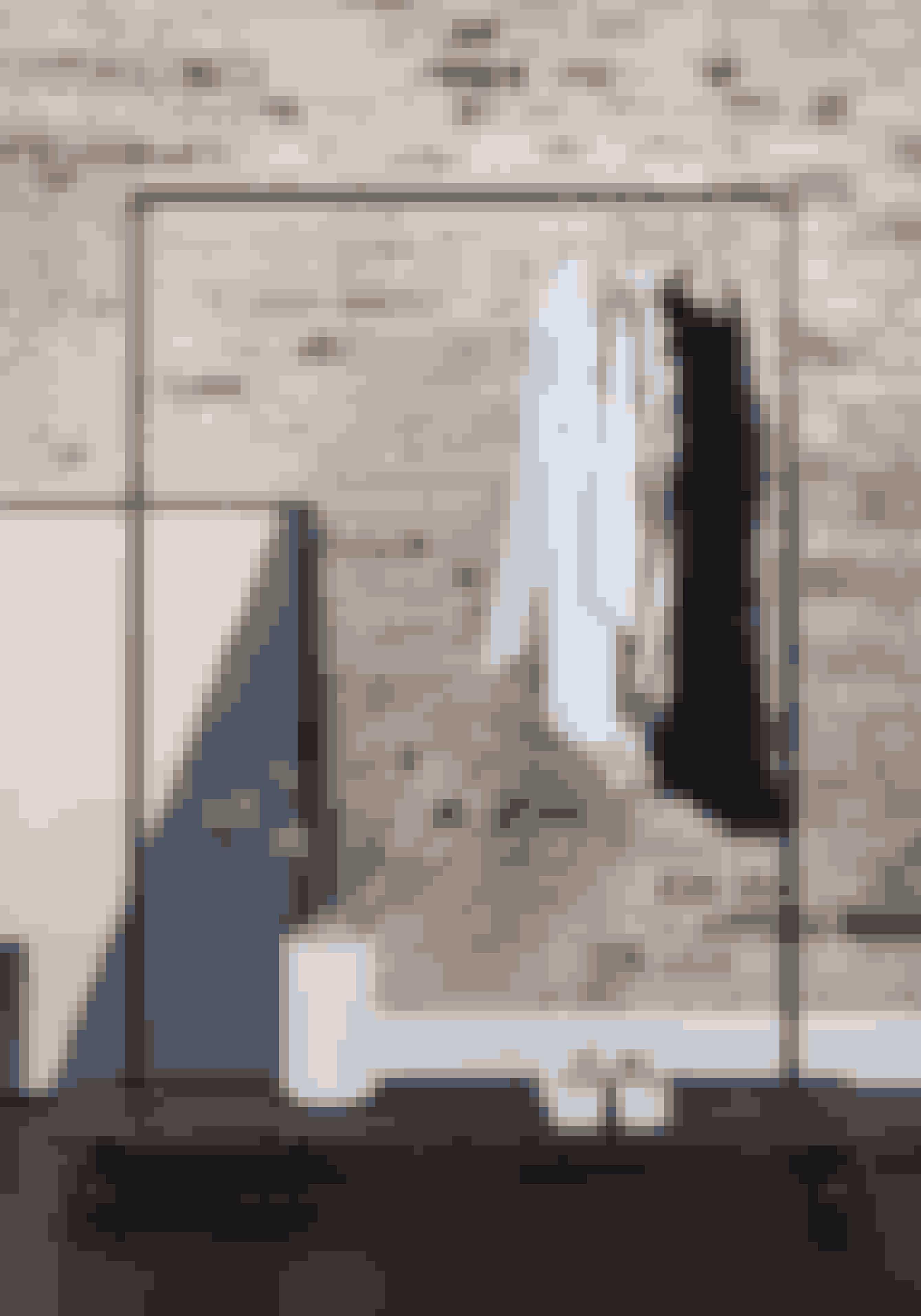 Jessie, garderobestativ i sort jernrør med hylde i sortbejdset fyrretræ. H 155 x D 30 cm, 1.299 kr. (Rackbuddy).