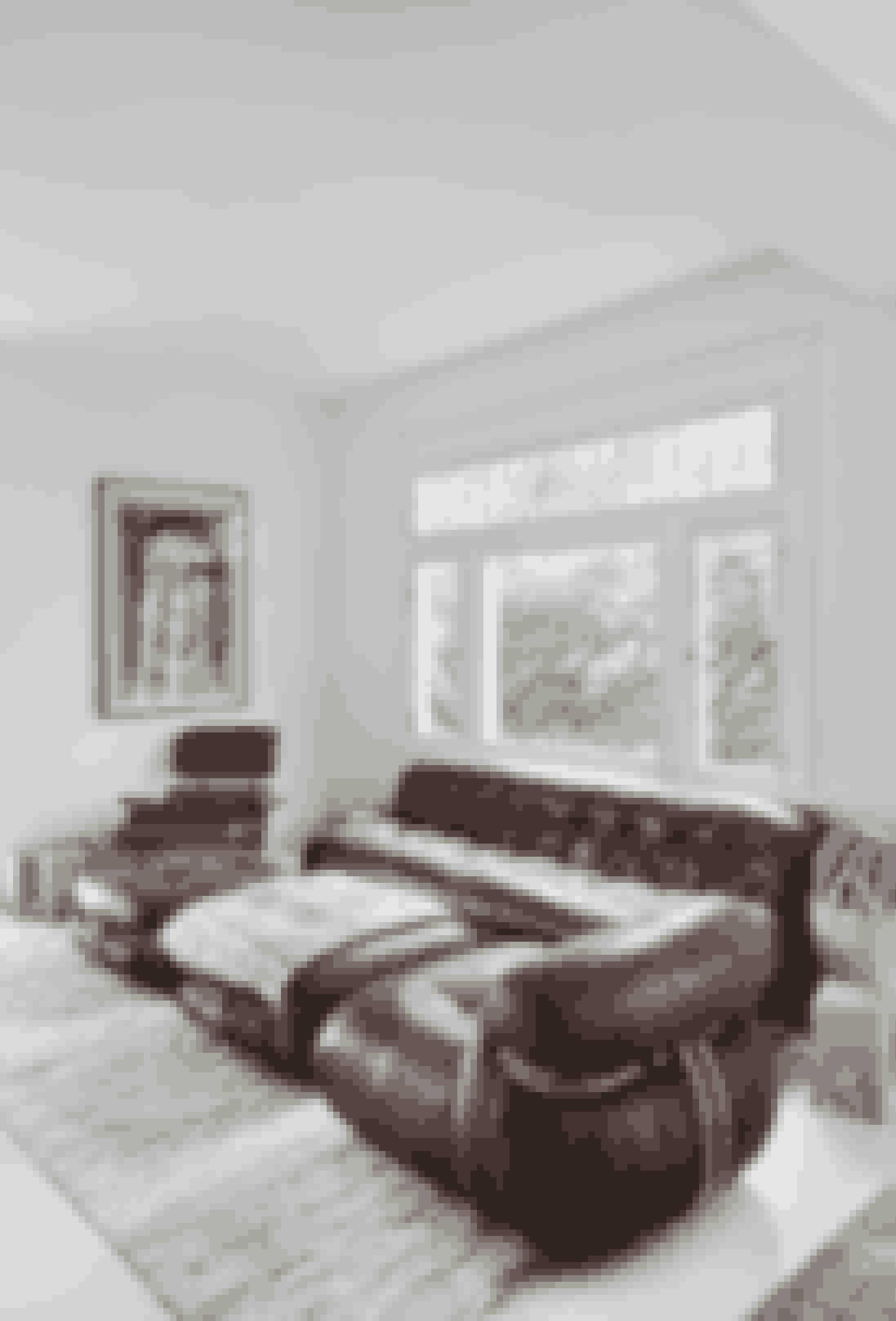 Hvis du ikke gider et rigtigt sofabord, kan du som her bruge en puf. Soriana-møblement fra 1970, bestående af sofa, lænestol og puf, er designet af Tobia Scarpa for Cassina. Plaid fra Pat McGann, og tæppe købt hos Rugs & Art. Den ikoniske lænestol er designet af Charles & Ray Eames, og taburetter er fra Kalon Studios.