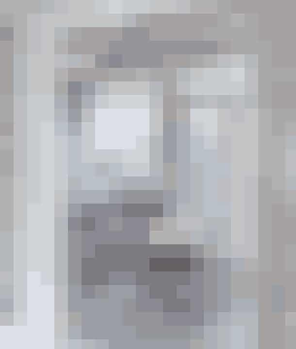 De synlige bjælker i loftet og de franske døre I den charmerende havestue sørger for en helt særlig stemning af jul i gamle dage. Årets supernemme adventskrans står på et stort fad på bordet og består af bloklys med cremefarvede silkesløjfer bundet om og tørrede hørfrøstande, som Tine har sprayet med lim og drysset med sølvglimmer.