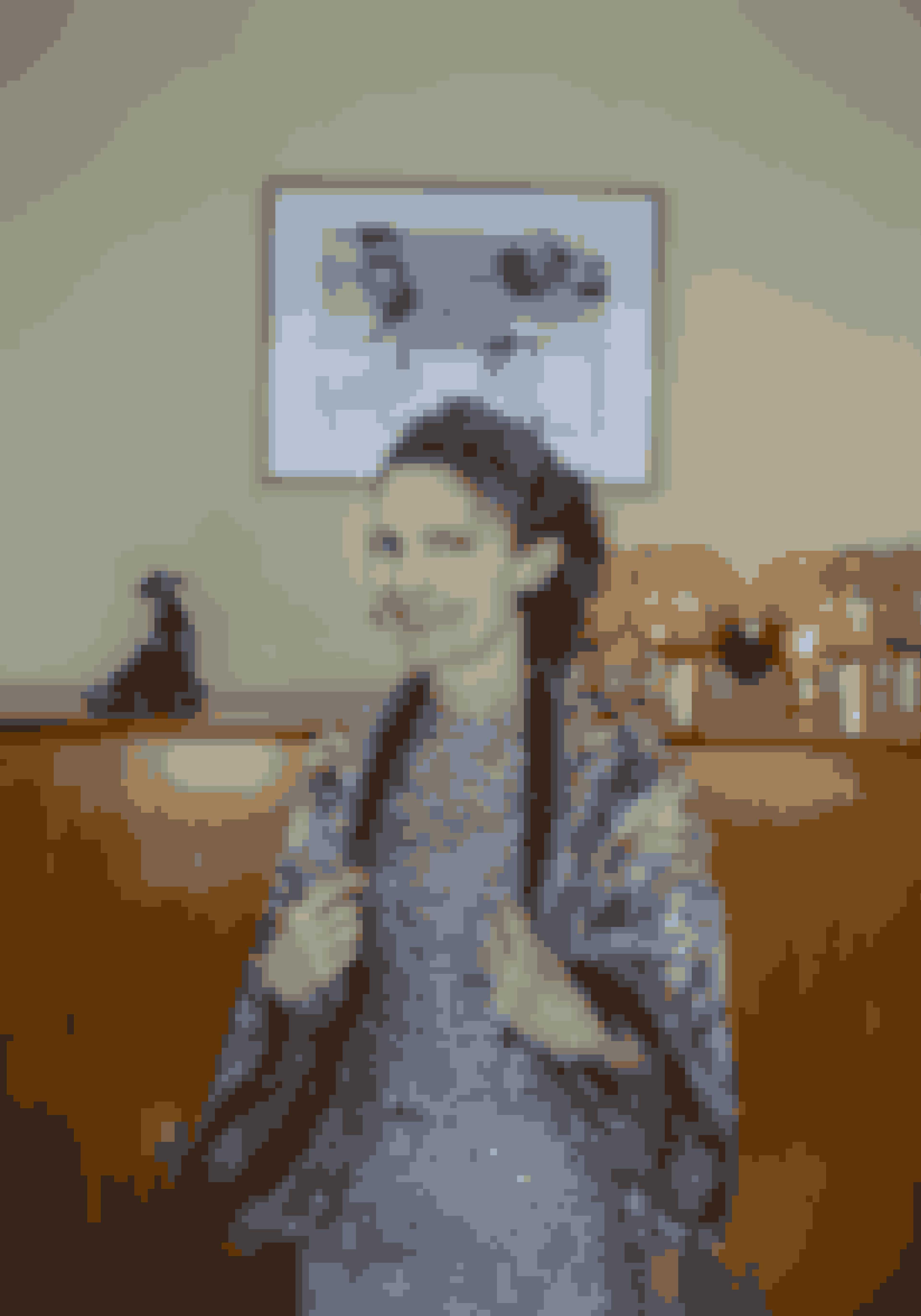 Tørklædet om det todelte brokadesæt er bundet til et sjal, hvilket Anna Lewinsky har fundet inspiration til på YouTube.