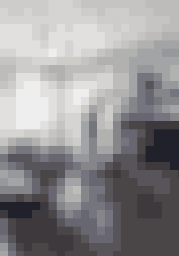 I stedet for én stor pendel over spisebordet kan man som her hænge en masse små ens lamper op. Hvis du har et meget bastant og tungt bord, så vælg stole, der har en lethed i udtrykket. Bordet er speciallavet, og stolene er fra Cécile Siméones egen butik i Lyon.