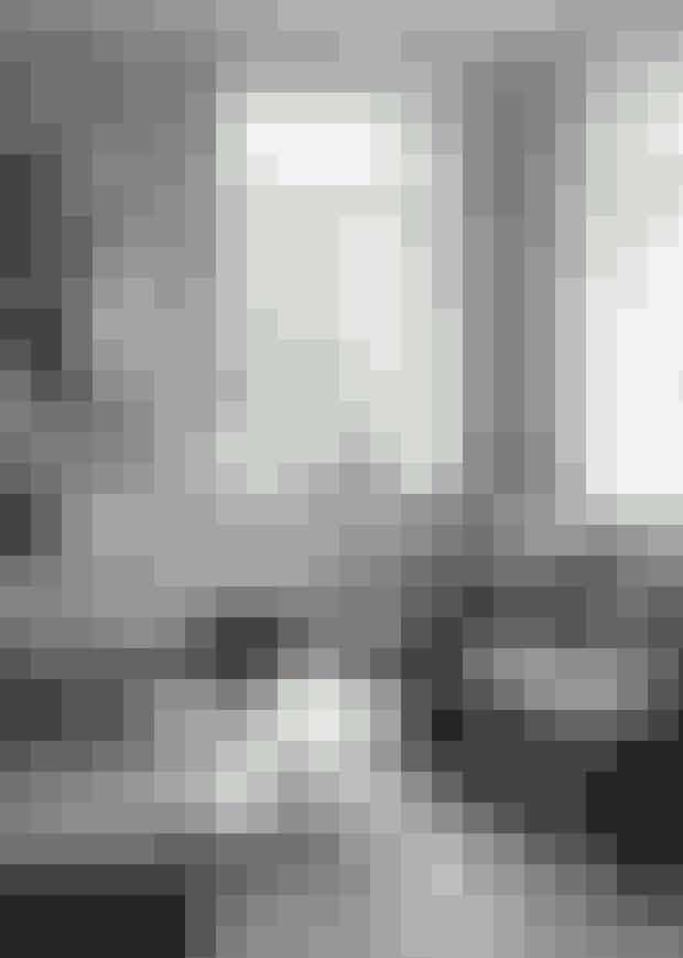 Denbløde, tunge polstersofa fraIlva fyldt med puder fra Aiayuog Utzon indbyder straks tilsofaslæng. Sofabordet erfra Mater, og løberen er fraPakhus85.