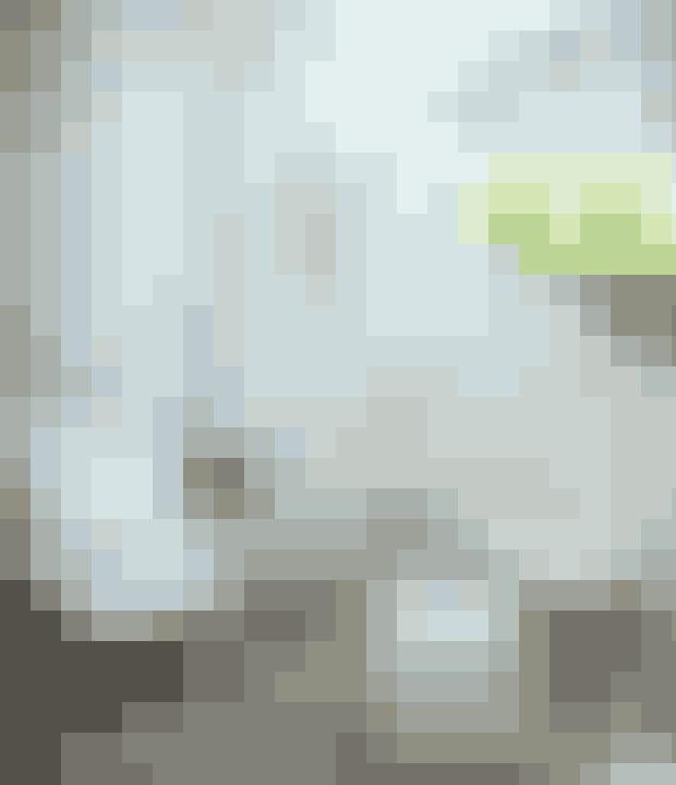Vil du skabe et lidt mere stringent look, så gå efter møbler i samme farve. Her har man valgt farven hvid, der giver et meget rent udtryk.