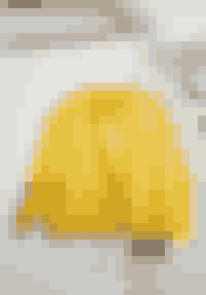 Connie bruger enkelte farvede elementer til at give sin klassiske stil lidt kant. Den gule jakke her er et kært gammelt eje.