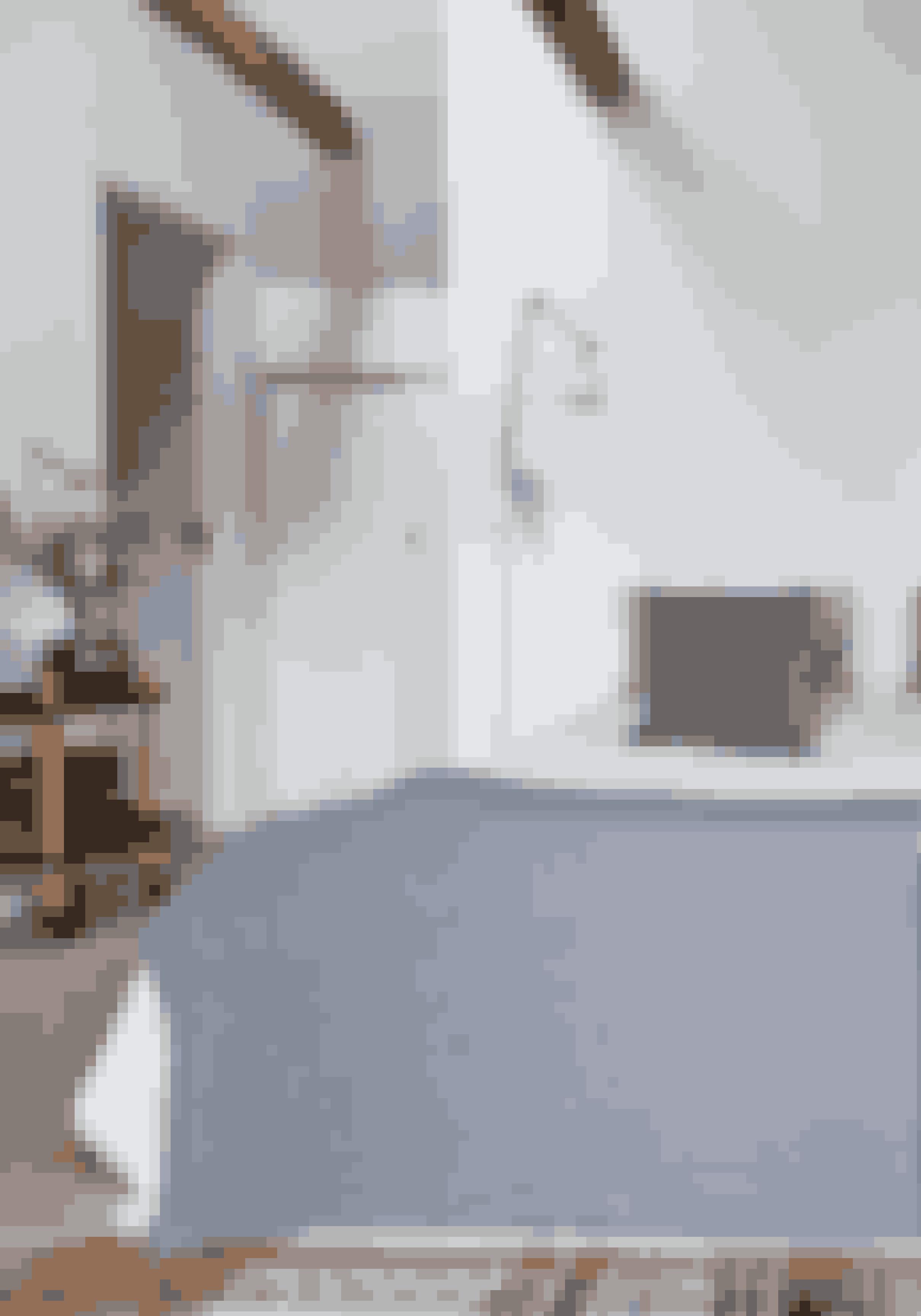 Mønstre, farver og print giver liv og kan være med til at sende tankerne i en bestemt retning.Striber bliver ofte forbundet med det kølige hav og kan derfor give et soveværelse ro.De stribede sengetekstiler er fra Aiayu, Tolomeo-væglamper er fra Artemide og rullebord fra Normann Copenhagen.
