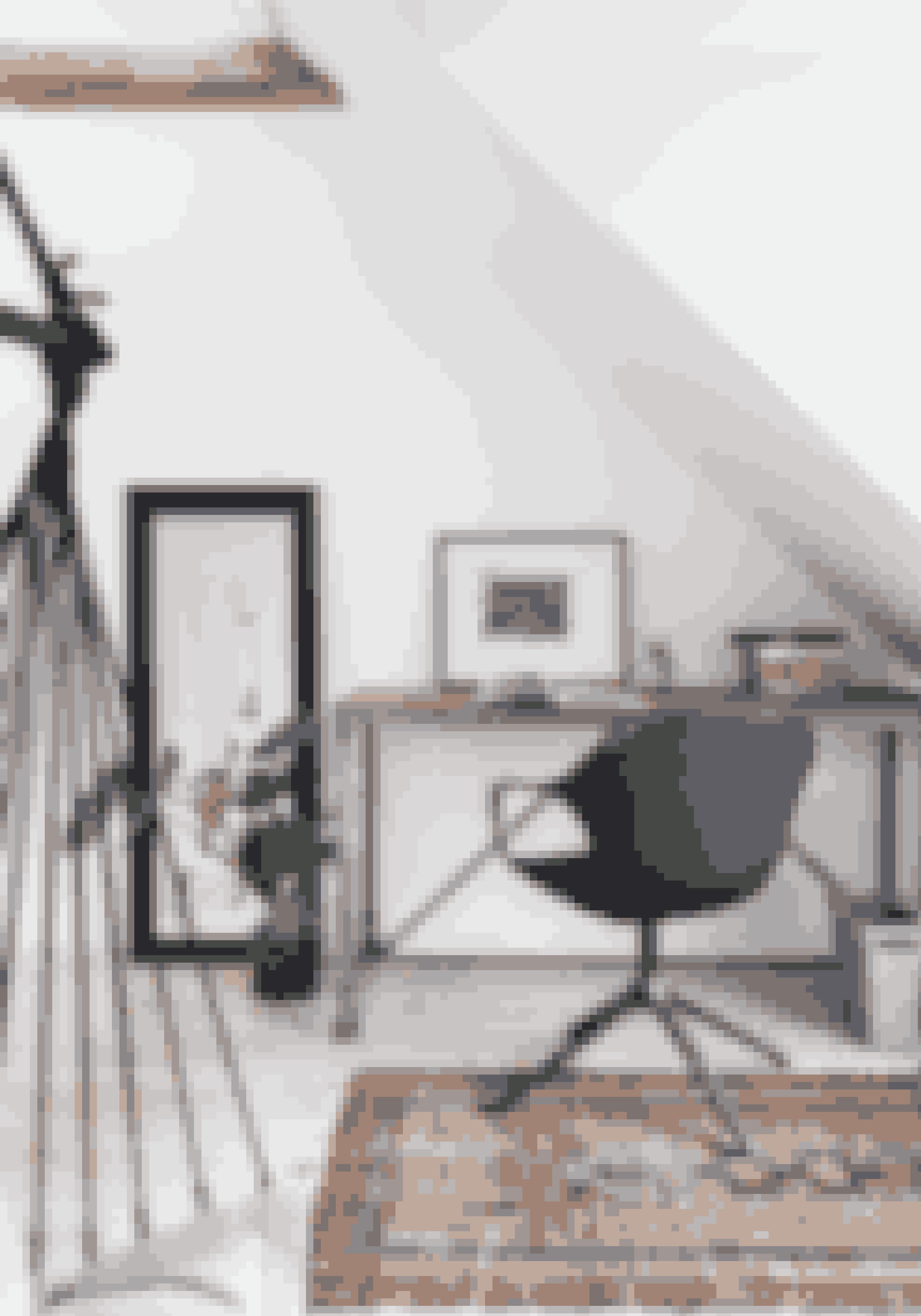Udnyt hjemmets skæve vinkler og oversete kroge til små områder med hver sin funktion. Fx som arbejdsplads under skråvæggene.Arbejdsbord fra Ilva, stol fra 1000 Chairs og kelimtæppe fundet i Istanbul.