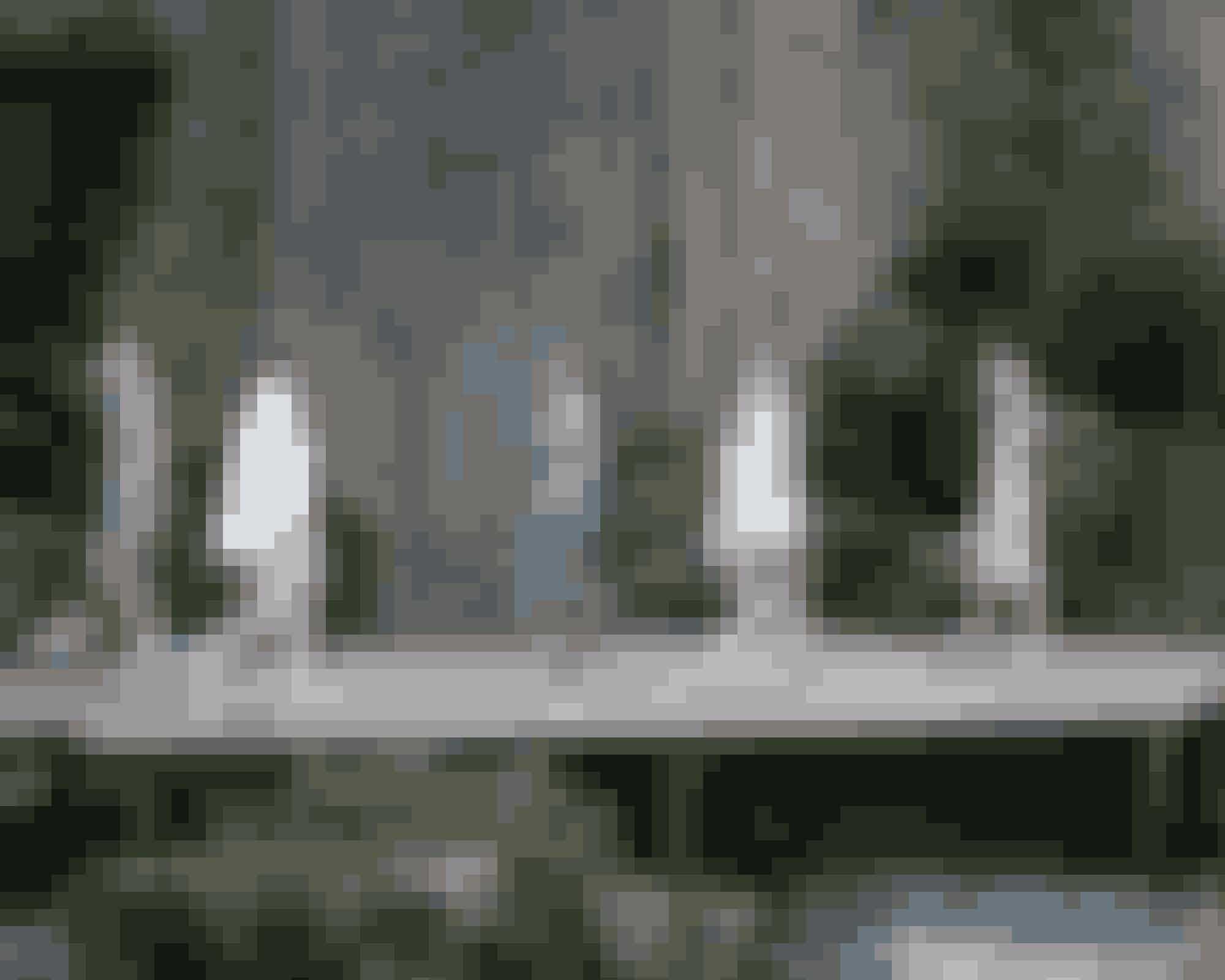 Vandfald SS18Regntøj kan faktisk være chic – i hvert fald når det er udtænkt af Karl Lagerfeld, som viste både støvler, hatte og lange handsker i gennemsigtigt plastic på den netop afsluttede modeuge i Paris. Og modellerne var nok glade for deres vandtætte lag. De skulle nemlig gå på et podie under et 100 meter højt vandfald, som var skabt til lejligheden.