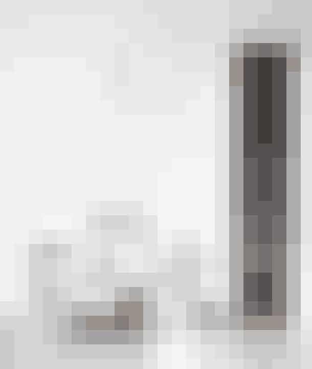 I spiseafdelingen går loftet 8,5 meter op til kip, så af hensyn til akustikken er der brugt akustikpuds til loftet. Det bruges også i kirker. For at fylde det store rum ud, har Pia og Henrik valgt en over-size lysekrone, Estadio, der forhandles af Ambientedirect.com. Også pejsen får lov at bryde rummets højde. Den er muret op af Colomba-sten fra Petersen Tegl.