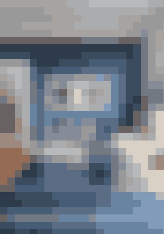 Det kan være effektfuldt at indrette sig tone i tone. Tag udgangspunkt i et møbel, når du vælger farve til vægge og tæpper, og gå efter en nuance, der matcher uden at være identisk. Gyngestolen er designet af Charles & Ray Emas for Vitra - kan købes online HER. Bestlite-lamperne fra Gubi kan købes online HER.