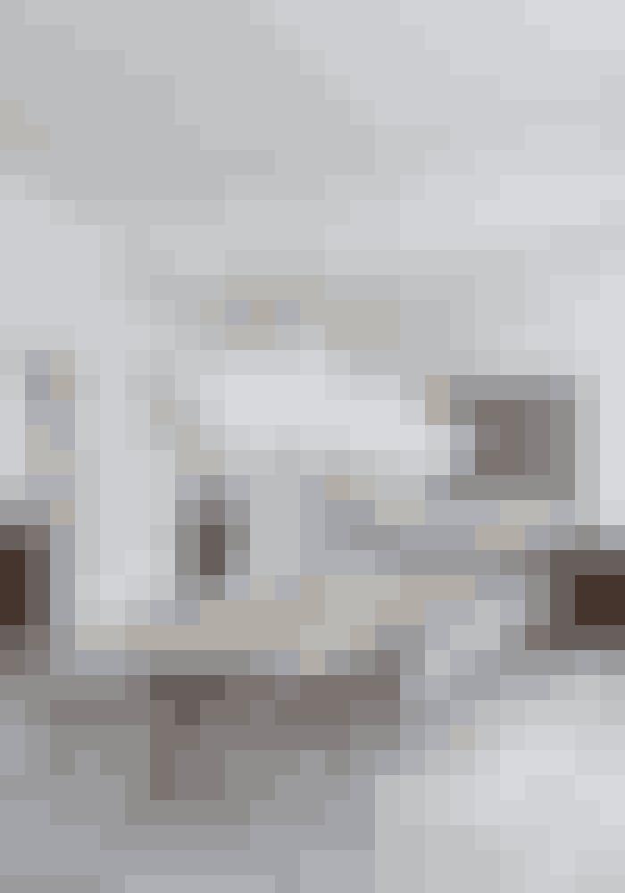 Giv din spisestue blikfang ved at hænge adskillige store lamper op over langbordet. Rundt om bordet Backbone i olieret eg fra Friday Furniture står Eames-stole. Bubble-lamperne er designet af George Nelson i 1950'erne. Køb fx lamperne her!