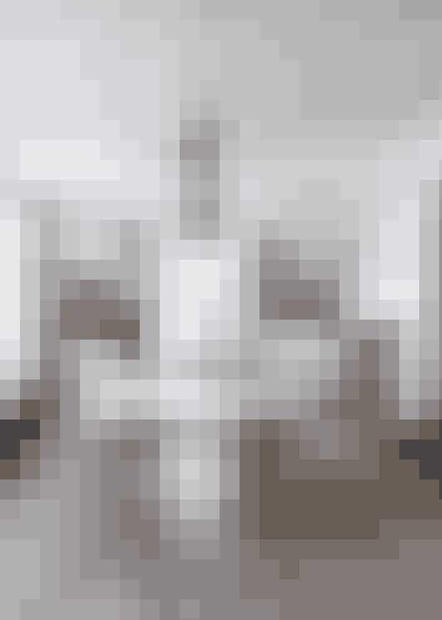 Hæng tre ens pendler forskudt,og lav din egen lysinstallationhen over spisebordet.Pendellamperne er fra KarinaMencke og Marcus Vagnbyseget designfirma shapingyourday.com. Det samme gælderspisebordet i egetræsfiner,bænken og spisestuestolenefra serien Viggo.