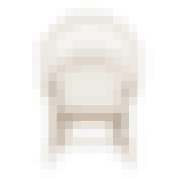 Påfuglestolen er en af Wegners mest kendte stole. Wegner designede stolen med udgangspunkt i den klassiske Windsorstol, men også med sin vanlige forståelse for den menneskelige krop. Af den grund er Påfuglestolen en helt særlig siddeoplevelse. Stolen er så dyr at producere, at den faktisk kun laves en gang årligt. Find den fx her!