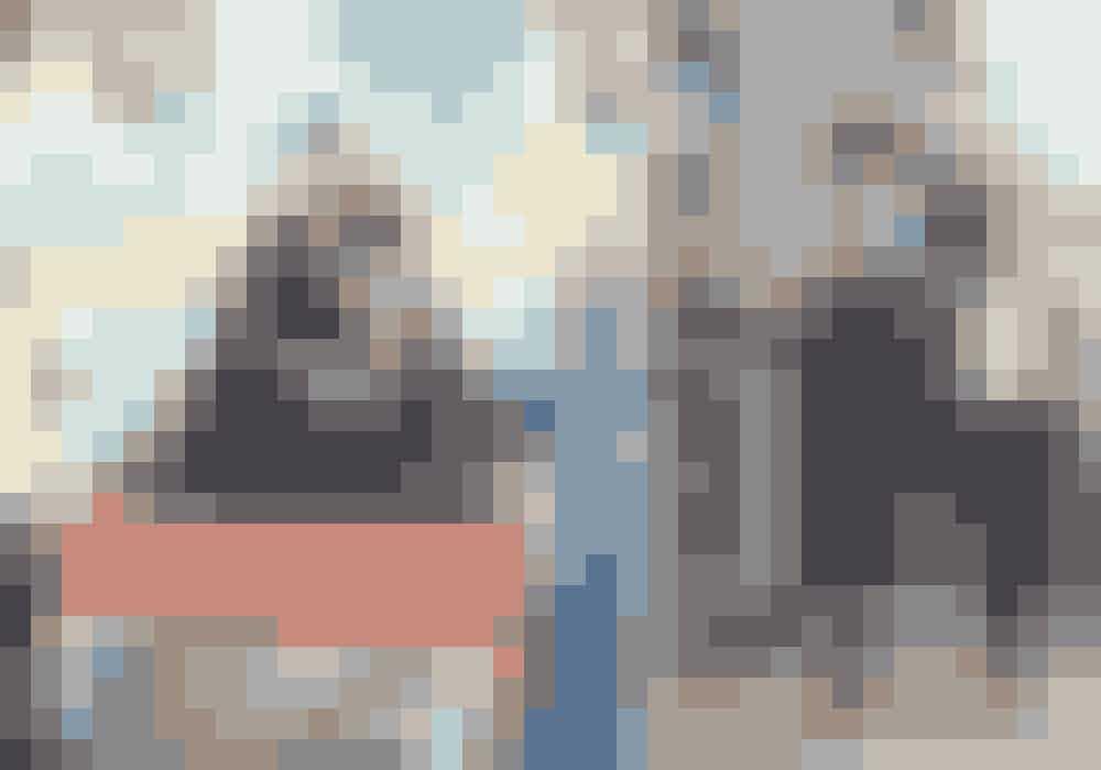Til venstre: Vincent i jakkesæt fra Emporio Armani, kjole fra Morten Ussing, taske fra Mae Cassidy og armbånd fra Shamballa Jewels. Julier i jakkesæt fra Emporio Armani og armbånd fra Shamballa Jewels.Til højre: Vincent i kjole og jakke fra Jens Laugsen og støvler fra Lædersmeden & Won Hundred. Julier i blazer fra Jens Laugesen, skjorte fra Fiorella Pratto, bukser fra Max Mara, halskæde fra Shamballa Jewels og støvler fra Lædersmeden & Won Hundred.