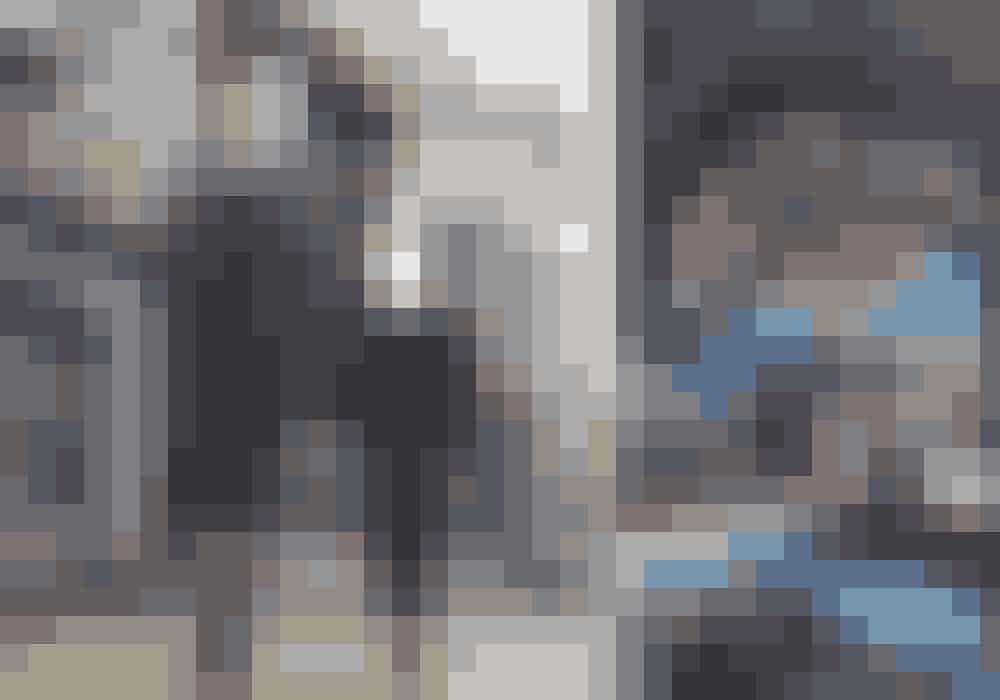 Til venstre: Vincent i kjole og jakke fra Jens Laugsen og støvler fra Lædersmeden & Won Hundred. Julier i blazer fra Jens Laugesen, skjorte fra Fiorella Pratto, bukser fra Max Mara, halskæde fra Shamballa Jewels og støvler fra Lædersmeden & Won Hundred.Til højre: Alt fra Prada