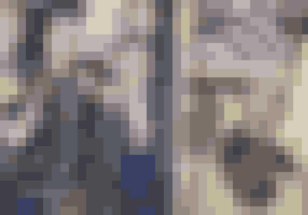 Til venstre: Vincent i top fra Cecilie Bahnsen, blazer og bukser fra By Malene Birger og taske fra Christian Louboutin. Julier i blazer fra Max Mara og blazer og bukser fra Filippa K.Til højre: Kappe fra Rodarte.