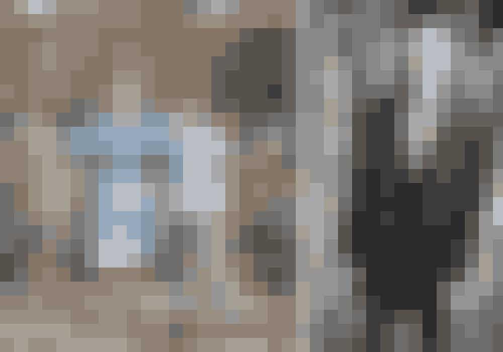 Til venstre: Vincent i frakke, handsker og sko fra Mulberry. Julier i blazer fra Stella McCartney, skjorte fra Mark Kenly Domino Tan, bukser fra Plan og støvler fra Lædersmeden & Won Hundred.Til højre: Julier i blazer fra Max Mara og blazer og habitbukser fra Filippa K.