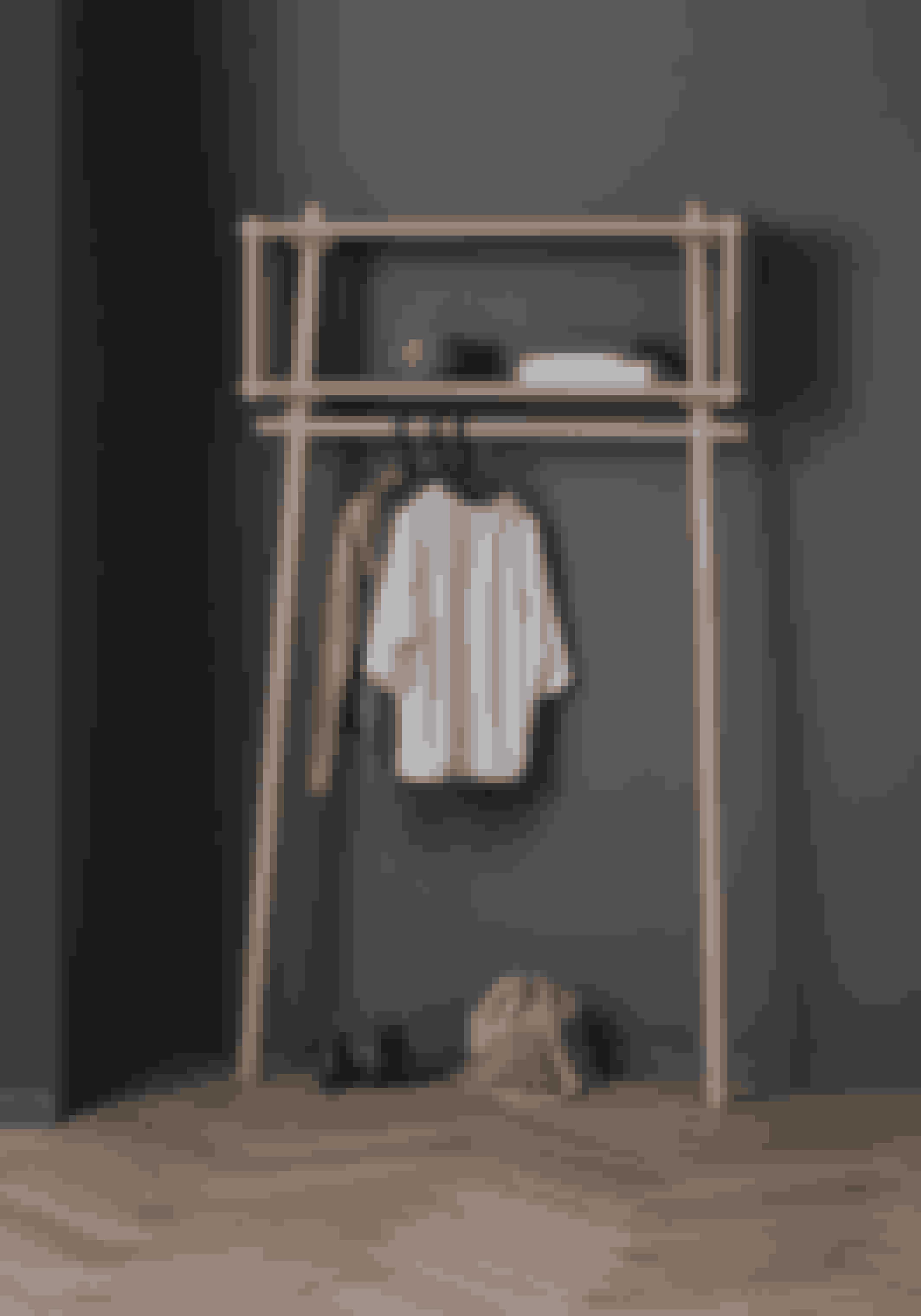 Töjbox, garderobestativ i egetræ. H 200 x B 112 x D 38 cm, 4.499 kr. (Woud).Kan købes online HER