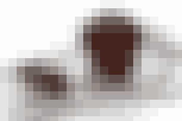 Små fine kager med masser af mørk chokolade - de har en sprød skorpe og skal være bløde i midten. Ummm...Prøv den her