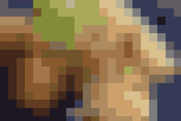 Iceberg-wraps med rejer, æg og grønt Af Pia Friis Andreassen/Foto: Martin Tanggaard Skal det være ekstra sundt, så skift de klassiske madpandekager ud med iceberg-wraps      4 personer  Det skal du bruge:  Iceberg-wraps:  4 æg  900 g rejer (fra frost, optøet natten over i køleskabet)  1 icebergsalat  1 agurk  2 rødløg  Ca. 280 g majs   Dressing:  200 g Philadelphia  2 dl sød chilisauce  Citronsaft   Tilbehør:  4 rugboller   PRØV OGSÅ: Linsesuppe med marinerede rejer  Sådan gør du:  Iceberg-wraps:  Kog æggene i 8 min. Hæld vandet fra og hæld koldt vand på. Kom rejerne i et dørslag til afdrypning. Del icebergsalaten i hele blade, som skylles og duppes tørre. Skær agurken i tern og løgene i ringe. Pil æggene og skær dem i både. Lad majsene dryppe af.   Dressing:  Kør Philadelphia og chilisauce sammen med en blender. Smag til med citronsaft.   Servér de forskellige ingredienser i små skåle, så man selv kan fylde det i salatbladene og rulle dem til wraps.   Tilberedningstid:   Ca. 10 min., heraf arbejdstid ca. 10 min.  PRØV OGSÅ: Laks og lun salat
