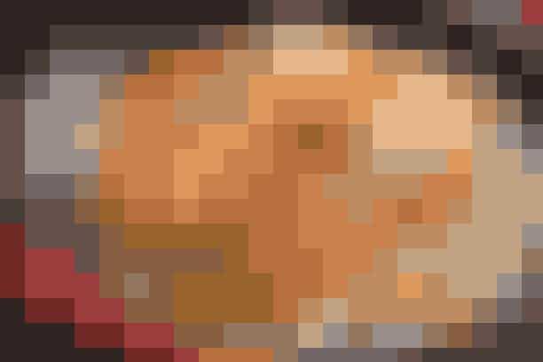 Laks og grønt i kokosmælk Af Pia Friis Andreassen/Martin Tanggaard God og nem hverdagsret      4 personer  Det skal du bruge:  800 g laksefilet, 1 tsk. salt  1 bdt. porrer  2 røde pebersnacks  2 spsk. olie  2 spsk. mild karry  2 spsk. sojasauce  Saften af 1 citron  400 ml kokosmælk  1 håndfuld rosiner   Tilbehør:  Ca. 4 dl ris (fuldkorn) kogt efter anvisningen på emballagen.   PRØV OGSÅ: Varmrøget laks og stegte rodfrugter  Sådan gør du:  Skær laksen i portionsstykker. Fjern evt. skind og krydr fisken med salt. Lad det trække for en kort stund. Rens i mellemtiden porrerne og kassér den øverste, grønne del. Skær porrerne i tynde strimler. Flæk peber-snackene og fjern kerner og hinder. Skær snackene i strimler og sautér dem i olien i 2 min. Lad porrerne sautere med i 1 min. Øg varmen og lad karryen stege med i 30 sek. Tag panden af varmen. Dryp sojasauce over og vend det hele rundt.   Fordel grøntsagsblandingen i et ovnfast fad. Placér laksestykkerne ovenpå og dryp med citronsaft. Varm kokosmælken op i en kasserolle under omrøring. Hæld den i fadet, som sættes midt i en 180° varm ovn i 12-15 min. Strø rosiner over ved servering.   Tilberedningstid:   Ca. 40 min., heraf arbejdstid ca. 20 min.   PRØV OGSÅ: Muslingesuppe