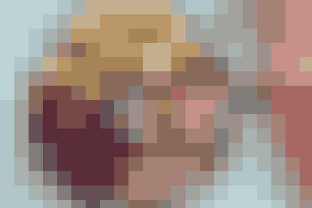Forloren and med frisk rødkålssalat Af Pia Friis Andreassen/Foto: Martin Tanggaard   Er du træt af and? Prøv en lækker svinemørbrad med fyld af æbler og svesker       4 personer  Det skal du bruge:  2 svinemørbrad a ca. 500 g (afpudsede) Salt og peber 1-1½ æble 10 svesker uden sten 2 spsk. olie 2 dl hønsebouillon ¼ l piskefløde Sojasauce Ribsgelé   Salat:  ½ rødkålshoved og 2 æbler (begge dele i grove stykker) 4 spsk. olie 1½ spsk. honning 300 g blåbær Citronsaft Salt   Tilbehør:  1 kg små, tyndskallede kartofler 2 spsk. olie 1 tsk. timian Salt   Prøv også: Kotelet med ovnstegt tilbehør  Sådan gør du:  Tilbehør:  Skær kartoflerne i mindre stykker, dup dem tørre og vend dem med olie. Krydr med timian og steg dem møre i en 225° varm ovn (ca. 25 min.).   Forloren and:   Flæk mørbradene på langs. Krydr med salt og peber. Fordel æble og svesker i tern over kødet og snør det sammen om fyldet med bomuldsgarn. Brun kødet i olie. Tilsæt bouillon og lad det simre under låg i 8-9 min. på hver side. Hold kødet varmt, kog væden lidt ind, tilsæt fløde og lad det simre i 5 min. Smag til med soja, ribsgelé og peber.   Salat:   Kør kål, æbler, olie og honning i foodprocessoren i 10 sek. Vend blåbær i og smag til med citronsaft og salt.   Tilberedningstid:   Ca. 50 min., heraf arbejdstid ca. 35 min.  Prøv også: Andebryst og jordskokpuré