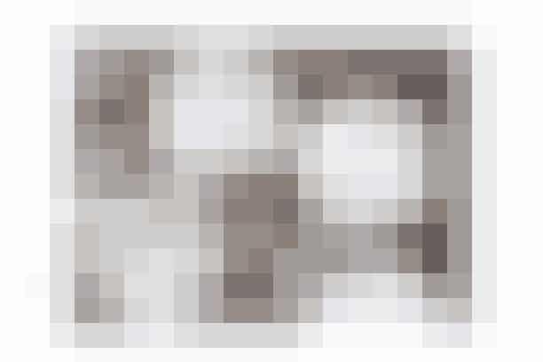 Af Gitte Heidi Rasmussen/Foto: Inge Skovsdal   Det skal du bruge: 125 g smør  100 g rørsukker  1½ dl sirup  350 g hvedemel  2 tsk. stødt kanel  1 tsk. natron  Ca. 16 træpinde  Pynt: Glasur af flormelis og vand  Smarties  Lakridssnøre  Popcorn  Guldkrymmelkugler  Sådan gør du: Pisk smør og rørsukker blødt og cremet.Rør sirup, mel, kanel og natron i og saml dejen.Pak dejen ind i plastfilm og læg den i køleskabet i 30 min.  Rul dejen ud imellem to stykker bagepapir til en tykkelse på ca. 6 mm. Træk det øverste stykke bagepapir af og udstik dejen i store, runde kager – 7 cm i diameter – ved hjælp af et glas.  Flyt bagepapiret med kagerne over på en bageplade og sæt en pind i hver kage. Pinden vokser fast under bagningen.  Bag kagerne i ca. 20 min. ved 175° og lad dem køle af på en rist.  Pynt: Rør vand og flormelis sammen til en glasur og smør den i et jævnt lag over kagerne. Lav søde og sjove ansigter med smarties, lakridssnører, der er klippet til, og måske popcorn. Lav en prinsessekrone af guldkrymmelkugler.