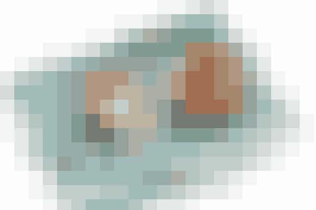 Af Pia Friis Andreassen/Foto: Martin Tanggaard   Det skal du bruge: 4 mellemstore æbler  8 tsk. smør 2 spsk. sukker  ¾ -1 tsk. stødt kanel.   Creme og rugbrød: 1½ dl græsk yoghurt 0,1 %  2 spsk. piskefløde  2 spsk. florsukker 1 skive rugbrød i tern  ca. 2 spsk. smør ½-1 spsk. finthakket, frisk rosmarin(kan undlades)  Sådan gør du: Halvér æblerne, fjern kernehusene og fordel smørret på æblerne. Bland sukker og kanel og strø det over. Bag æblerne midt i en 180° varm ovn i ca. 20 min., eller til de er møre.   Creme og rugbrød:  Rør yoghurt med fløde og florsukker. Sæt det koldt indtil servering. Rist rugbrødsternene sprøde i smør. Anret dem på tallerkenen og strø evt. rosmarin over.