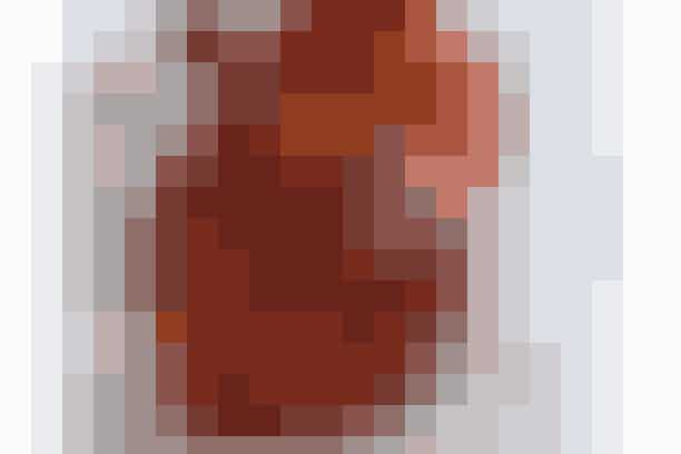 Af Lone Viggers/Foto: Anton G. Skov   Det skal du bruge: 4 æbler  4 kanelstænger  2 spsk. akaciehonning  3 dl græsk yoghurt 2 % eller skyr  1 tsk. sukker eller  1 tsk. vaniljesukker  Korn af 3 cm vaniljestang  1 tsk. flormelis   Sådan gør du: 1. Tænd ovnen på 200° (180° varmluft).  2. Skyl æblerne godt. Fjern kernehusene med et udstiksjern eller grav det forsigtigt ud med en teske.  3. Stil æblerne på et stykke bagepapir i et ildfast fad. Kom ½ spsk. honning ned i hvert æble, så det flyder ned langs frugtkødet, og stik en kanelstang i hvert æble. Bag æblerne i 15 min., til de er møre.  4. Rør græsk yoghurt sammen med sukker/vaniljesukker, der er blandet med vaniljekorn, og flormelis. Servér et æble med en god skefuld vaniljecreme.   Frugt pr. person  100 g  Energi pr. person  500 kJ (120 kcal)  Protein: 9 % (3 g)  Kulhydrat: 71 % (23 g)  Fedt: 20 % (3 g)   Tip!  Du kan selv lave vaniljesukker således: Når du har brugt kornene på en vaniljestang, så gem stangen i en flaske eller et glas med sukker og ryst det godt. Så har du altid vaniljesukker i huset.