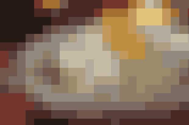 Det skal du bruge:  100 g perlebyg 6 dl sødmælk 1 flækket vaniljestang Ca. 2 tsk. flydende honning Salt Endvidere: ½ l piskefløde  Appelsinsirup:  Saften af 4 store appelsiner 200 g honning 1 hel kanel 2 stjerneanis 6 nelliker Endvidere: 2-3 appelsiner  Sådan gør du:  Skyl perlebyg under lunkent, rindende vand. Bring mælken i kog i en tykbundet gryde. Tilsæt perlebyg og vaniljestang, når mælken koger. Lad det småkoge under låg for svag varme til al mælken er opsuget, og byggen er mør, ca. 45 min. Fjern vaniljestang og smag til med honning og salt. Afkøl helt. Pisk fløden til blødt skum og vend med perlebyg. Sæt i køleskabet indtil servering. Appelsinsirup: Kom ingredienserne i en kasserolle og bring i kog. Lad det småkoge 20-30 min. til en sirupsagtig konsistens. Afkøl. Skær skrællen af appelsinerne inkl. den hvide hinde. Skær dem i fileter. Vendes i siruppen lige inden servering.