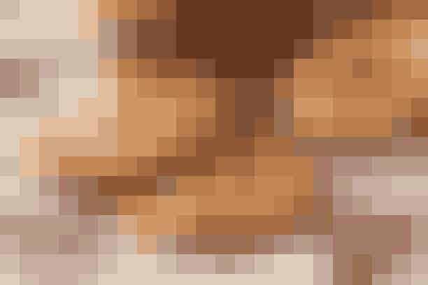 Af Pia Friis Andreassen/Foto: Martin Tanggaard   Detskal du bruge: 250 g hvedemel  175 g koldt smør  ½ tsk. hjortetaksalt  125 g lys farin  1 æg (str. L)   Pynt: 1 æg  Ca. 50 g mandler  2½ spsk. sukker  1 tsk. stødt kanel   Sådan gør du: Opvarm ovnen til 200°. Hak smørret i melet, tilsæt hjortetaksalt og smuldr det sammen med fingrene. Tilsæt farin og æg og ælt dejen grundigt sammen. Lad den hvile i køleskabet i 1 time. Rul derpå dejen tyndt ud på et meldrysset bord.   Udstik runde kager fx med et glas og læg dem på en plade med bagepapir. Pensl med sammenpisket æg og drys med en blanding af hakkede mandler, sukker og kanel. Bag kagerne på næstøverste rille i 8-10 min.