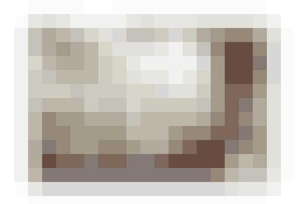 """Af Pia Friis Andersen     ● 3 dl stærk kaffe  ● ca. 75 g muscovadosukker  ● 1½ dl piskefløde, ½ l vaniljeis  ● Pynt: Revet chokolade   Kom kaffe, sukker og fløde i en kasserolle og varm op, til sukkeret er smeltet. Lad det køle lidt af. """"Kugl"""" isen op og fordel i høje glas. Hæld kaffecremen over. Pynt dessert med lidt revet chokolade"""