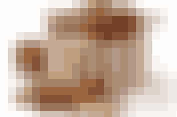 Af Lise Brinkman/Foto: Martin Tanggaard   Det skal du bruge:  250 g sukker, 250 g usaltet smør, 125 g mørk sirup, 60 g mandler, smuttede og grofthakkede, 1¾ tsk. stødte nelliker, 12½ g (2 store spsk.) kanel, ½ tsk. stødt ingefær, 1 dl vand, kogt og afkølet, 7 g (1 stor spsk.) potaske, ½ kg hvedemel   Sådan gør du: ♥ Smelt sukker, usaltet smør og mørk sirup i en gryde under omrøring.   ♥ Kom massen i en større skål og lad den køle lidt af.   ♥ Tilsæt hakkede mandler samt nelliker, kanel og ingefær.   ♥ Kog vandet og lad det køle af. Rør potasken ud heri.   ♥ Når brunkagemassen er lunken, tilsættes den opløste potaske, og det hele blandes godt sammen.  ♥ Tilsæt hvedemelet lidt efter lidt, til dejen får en tyk, ensartet konsistens.   ♥ Stil brunkagedejen i køleskab i 1 time, til den er helt afkølet og har samlet sig.   ♥ Fordel nu dejen i tre lige store dele og rul disse ud til pølser på ca. 20 cm's længde.   ♥ Rul pølserne ind i bagepapir og læg dem på sammenføjningen på en plade eller i et fad.   ♥ Frys pølserne i et tid. Tag brunkagedejen ud fra fryseren og skær pølserne ud i papirtynde skiver på en pålægsmaskine eller med en skarp kniv.   ♥ Varm ovnen op til 180° varmluft. Læg brunkagerne på en bageplade med bagepapir og bag dem i 5-6 min. afhængig af tykkelse. Lad dem afkøle på en rist.   ♥ Opbevar kagerne i en lufttæt dåse.