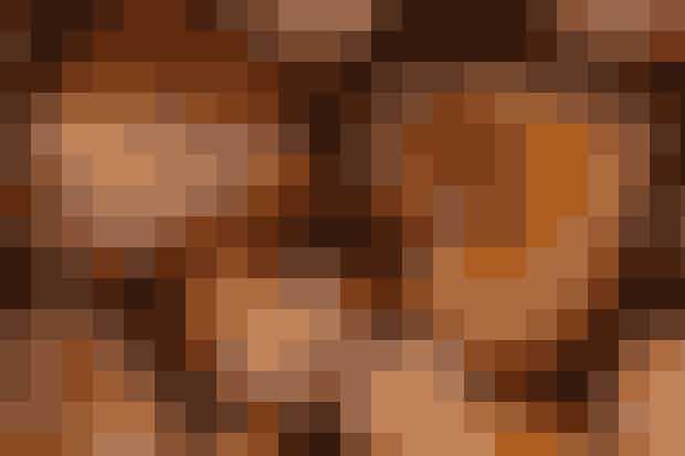 Af Kim Gravenhorst/Foto: Jacob Ljørring     Det skal du bruge: 250 g honning  1 tsk. kanel  1 tsk. stødt nellike  1 tsk. stødt ingefær  1 æggeblomme  2 tsk. potaske 1½ tsk. hjortetakssalt 250 g mel  Glasur: 4 dl flormelis 1 æggehvide  Sådan gør du: Hæld honningen i en gryde og smelt den over svag varme. Rør kanel, ingefær og nellike i. Rør potasken ned i æggeblommen, som derefter røres i honningen. Tilsæt mel og hjortetaksalt og æltdejen grundigt. Opbevar dejen i køleskabet til næste dag.   Rul dejen ud på et meldrysset bord. Skær eller tryk den ud til hjerter eller andre former. Bage hjerterne ved 175° i 5-10 minutter, afhængig af størrelse. Lad hjerterne køle af på en bagerist, inden de pyntes.   Glasur: Rør flormelis og æggehvide grundigt sammen.