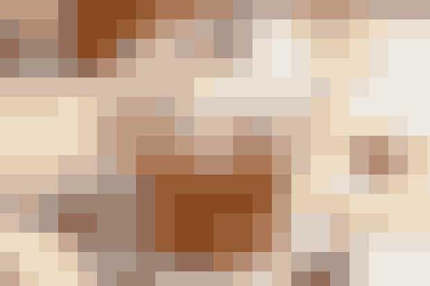 Af Kim Gravenhorst/Foto: Jacob Ljørring    Det skal du bruge:  360 g hvedemel  120 g fuldkornsmel  1 spsk. bagepulver  ½ tsk. salt  2 spsk. farin  1 tsk. kanel 100 g blødt smør  4 dl mælk  250 g tørret frugt (æbler, rosiner, abrikoser m.m.)  Evt. flormelis til drys  Bag også jødekager  Bag også vaniljekranse  Sådan gør du: Rør de to slags mel, bagepulver, salt, farin, kanel og smør sammen til en smuldret masse, gerne i en foodprocessor. Tilsæt mælk og rør det sammen til en dej. Rør den tørrede frugt i og fordel dejen i muffinforme.   Bag kagerne i ovnen i ca. 18 min. ved 200°. Drys evt. kagerne med flormelis ved serveringen.
