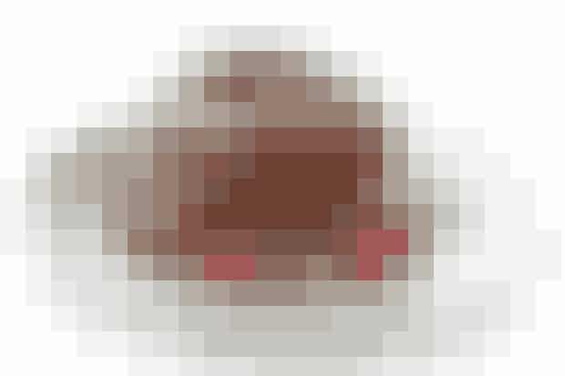 Af Pia Friis Andreassen/Foto: Martin Taangaard    10-12 stykker   Det skal du bruge til chokolademousse:  200 g valnøddekerner 125 g smeltet smør 175 g blødt smør 150 g sukker 250 g mælkechokolade 250 g mørk chokolade + lidt til pynt 6 pasteuriserede æg kornene fra ½ vaniljestang ½ l piskefløde  Tilbehør:   Friske hindbær  Sådan gør du:  Hak nødderne mellemfint. Bland dem med det smeltede smør og fordel blandingen i en springform (ca. 24 cm i diameter). Sæt formen koldt en stund. Pisk det bløde smør og sukkeret sammen i en skål til en luftig masse. Smelt den hakkede chokolade over et vandbad. Tilsæt æggene og pisk i 2 min. Kom den smeltede, let afkølede, chokolademasse, vaniljekorn og 1¼ dl fløde i skålen og pisk i 2 min.   Fordel blandingen på nøddebunden og sæt formen tildækket i køleskab i mindst 4 timer. Inden servering: Pisk resten af fløden til skum og fordel skummet oven på moussen. Pynt med chokoladespåner, som skæres med en kartoffelskræller på bagsiden af en chokoladeplade.